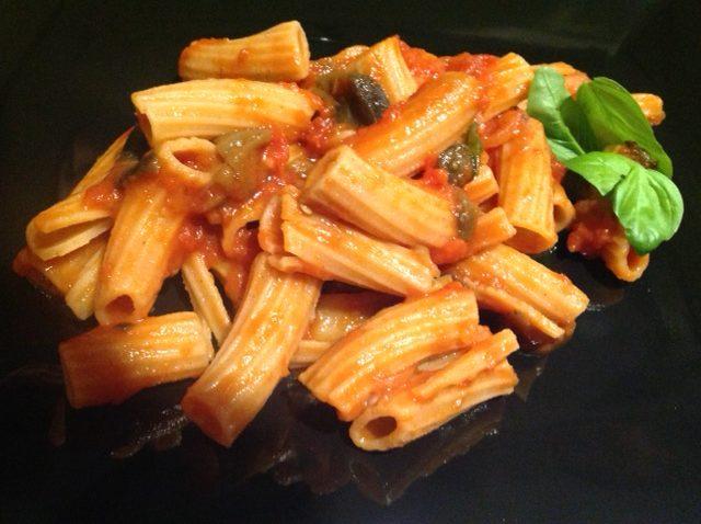 Pasta di farina di lenticchie con pomodorini e melanzane