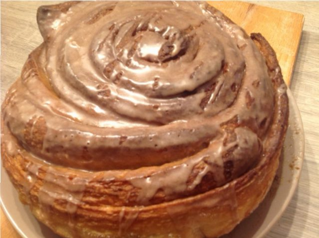 Maxi vegan cinnamon roll